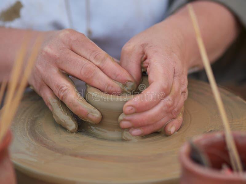 Kvinnlig keramiker som skapar en bunke på ett keramikerhjul royaltyfria foton