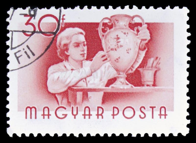 Kvinnlig keramiker, ungersk arbetarserie, circa 1955 royaltyfri bild