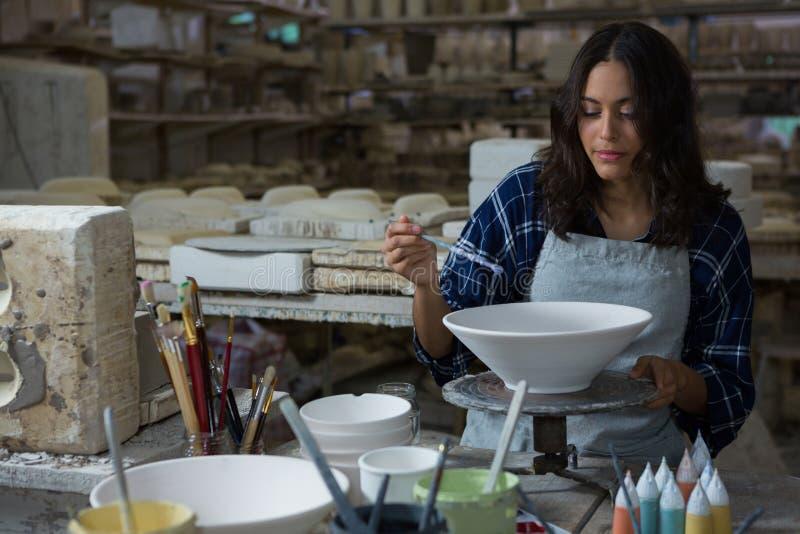 Kvinnlig keramikermålningbunke royaltyfri bild