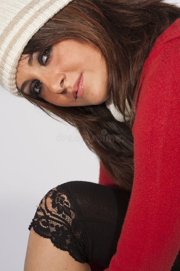 Kvinnlig kläder för ull för vinter för frisyrkvinnamodell arkivfoto