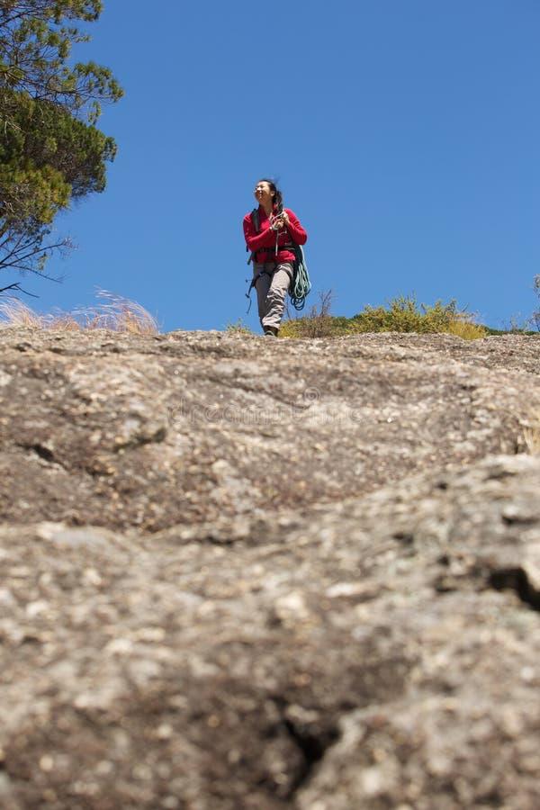 Kvinnlig klättrare som går på berget royaltyfri fotografi