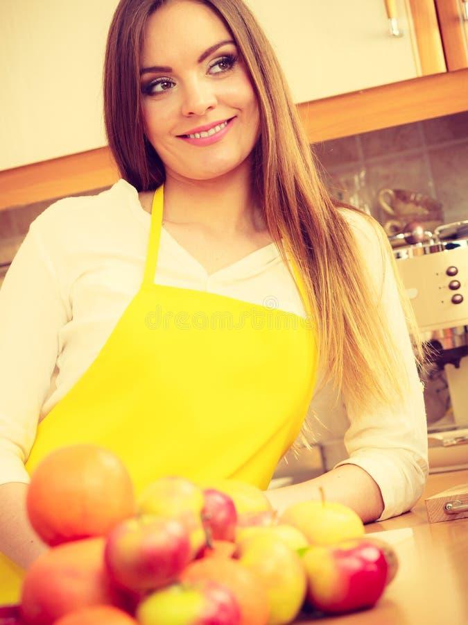 Kvinnlig kock som arbetar i k?k royaltyfria foton