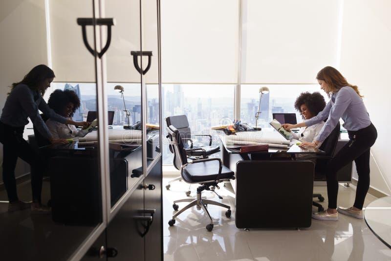 Kvinnlig kollegaarkitektUsing Tablet PC i regeringsställning royaltyfri bild