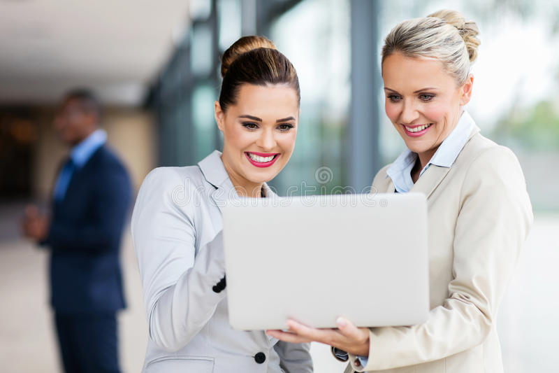 Kvinnlig kollegabärbar datordator royaltyfri fotografi
