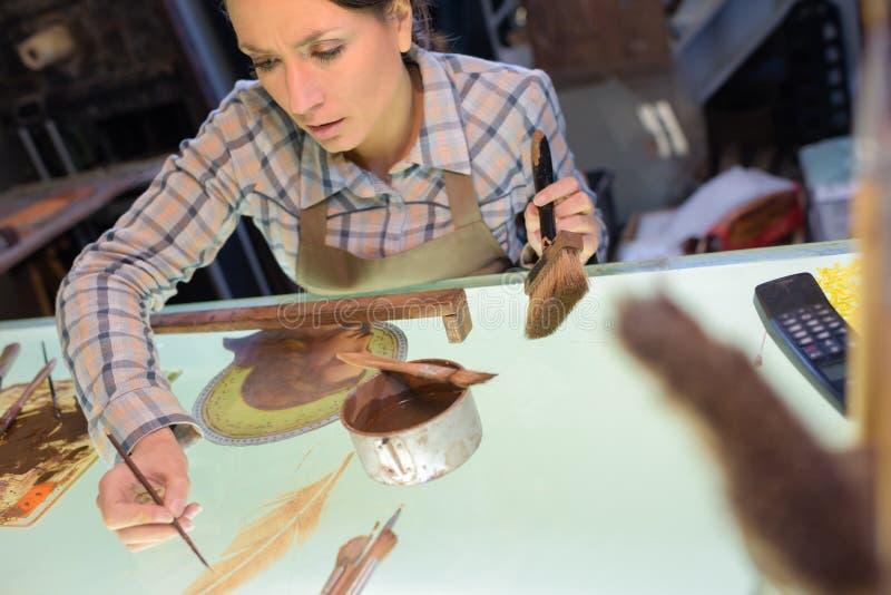 Kvinnlig konstnär på arbete arkivfoto