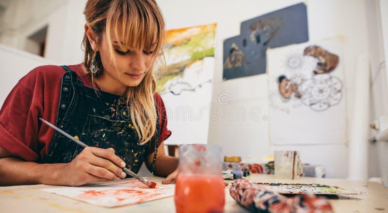 Kvinnlig konstnär Painting In Studio royaltyfria bilder