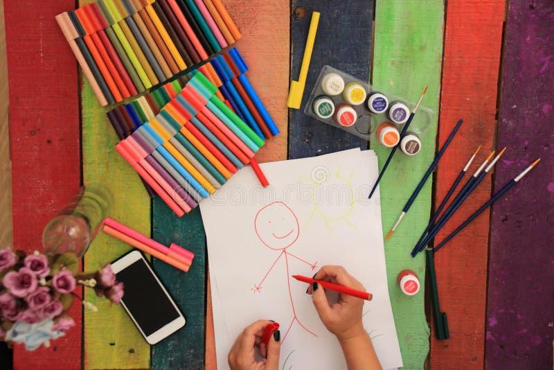 Kvinnlig konstnär Working On Painting i studio Bakgrundsbild, selektiv fokus på förgrund Måla på Art School arkivfoto