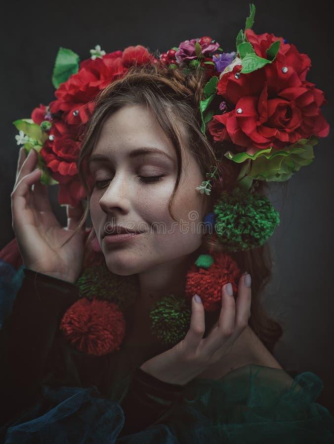 Kvinnlig konststående för mirakel med den härliga vuxna kvinnan fotografering för bildbyråer