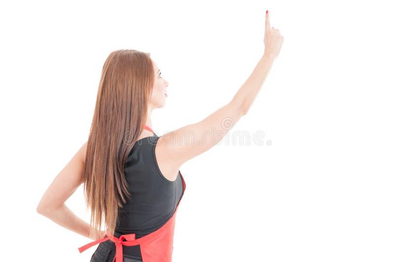 Kvinnlig kontorist som pekar fingret på den osynliga skärmen royaltyfri bild