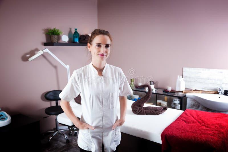 Kvinnlig kosmetolog i hennes skönhet- och massagesalong royaltyfri foto