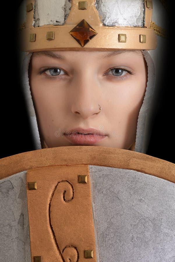 Kvinnlig krigare för Closeup med hjälmen och skölden royaltyfria foton