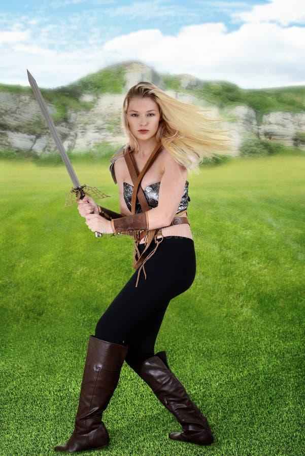 Kvinnlig krigare i ett fält arkivfoto