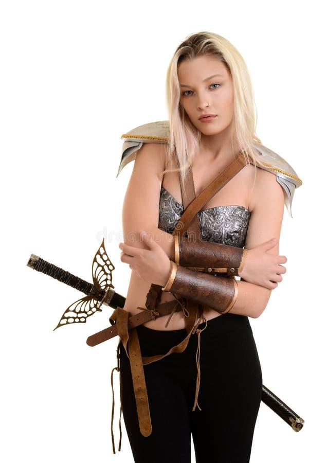 Kvinnlig krigare som kramar sig arkivbilder
