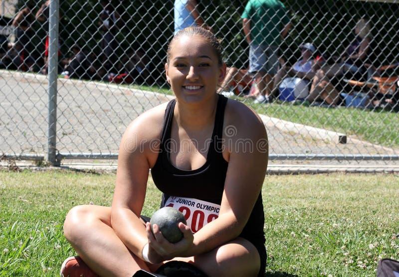 Kvinnlig kulstötningidrottsman nen som väntar för att konkurrera arkivfoton