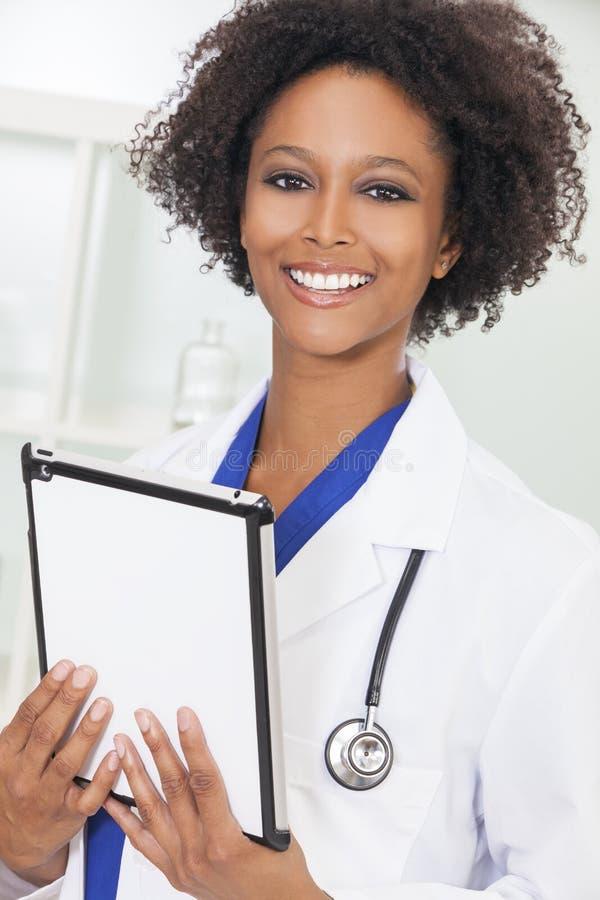 Kvinnlig kvinnadoktor Tablet Computer för afrikansk amerikan arkivfoto
