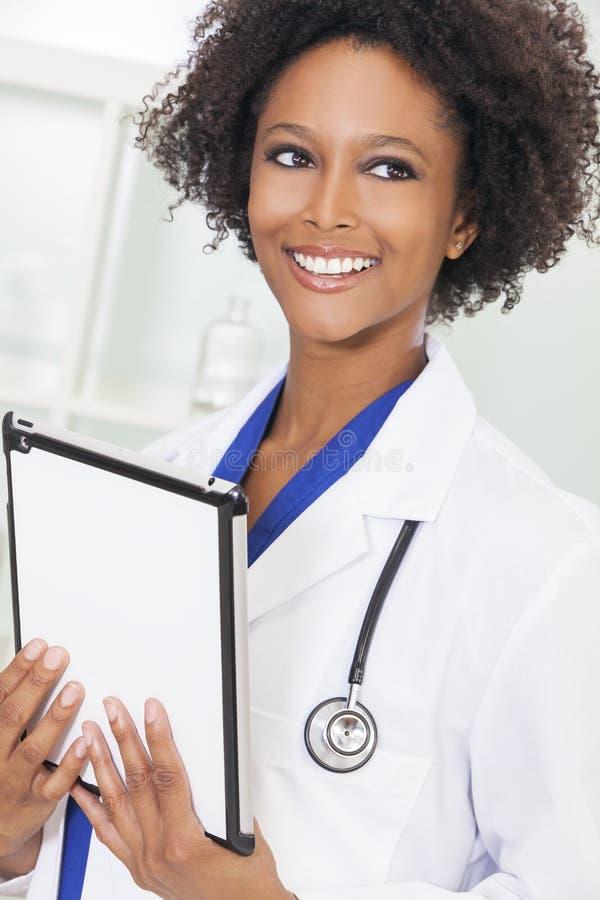 Kvinnlig kvinnadoktor Tablet Computer för afrikansk amerikan royaltyfri bild