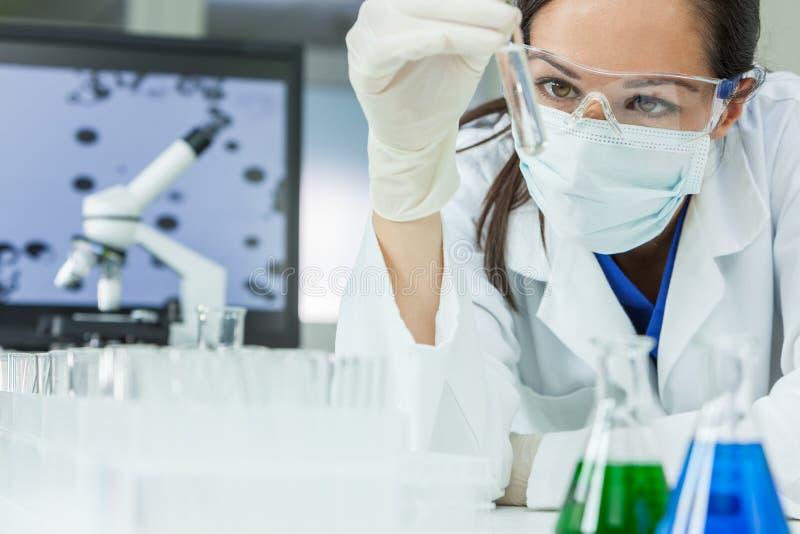 Kvinnlig kvinnaforskningforskare With Test Tube i laboratorium arkivfoto