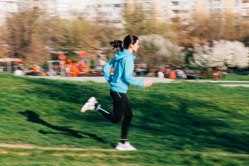 Kvinnlig löpare i rörelse arkivfoto