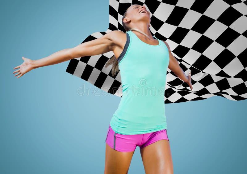 Kvinnlig löpare på spår mot blå bakgrund och rutig flagga royaltyfria bilder