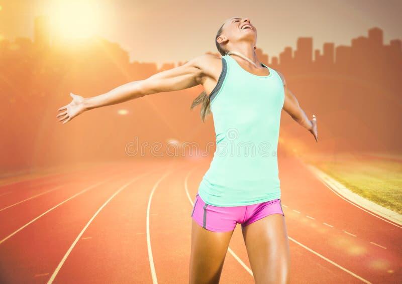 Kvinnlig löpare på spår mot den orange signalljuset och horisont royaltyfria foton