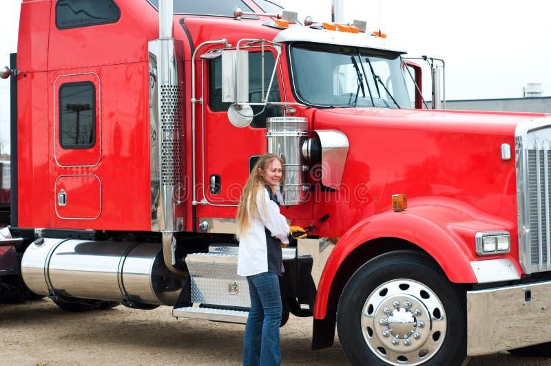 Kvinnlig lastbilschaufför redo att göra en inspektion före resan arkivfoto