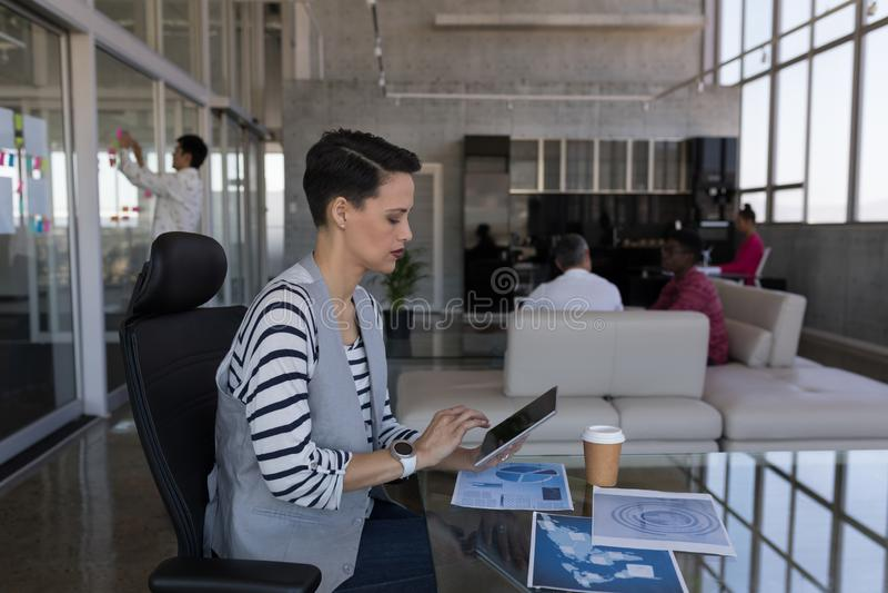 Kvinnlig ledare som i regeringsställning använder den digitala minnestavlan arkivbilder