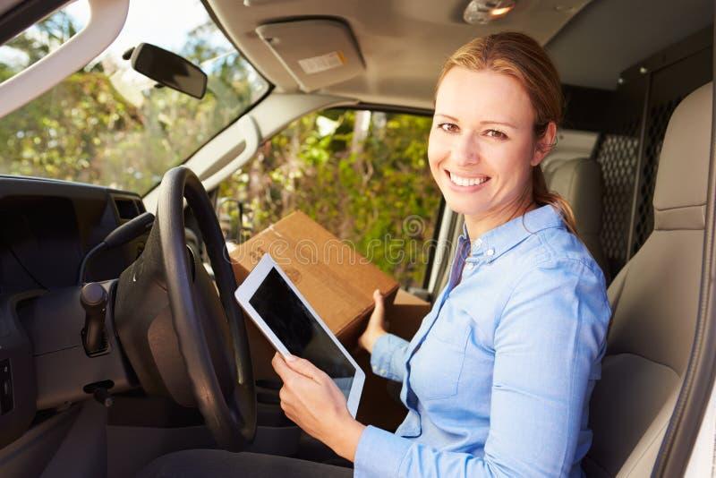 Kvinnlig leveranschaufför Sitting In Van Using Digital Tablet arkivfoton