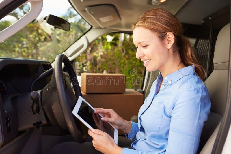 Kvinnlig leveranschaufför Sitting In Van Using Digital Tablet royaltyfri fotografi