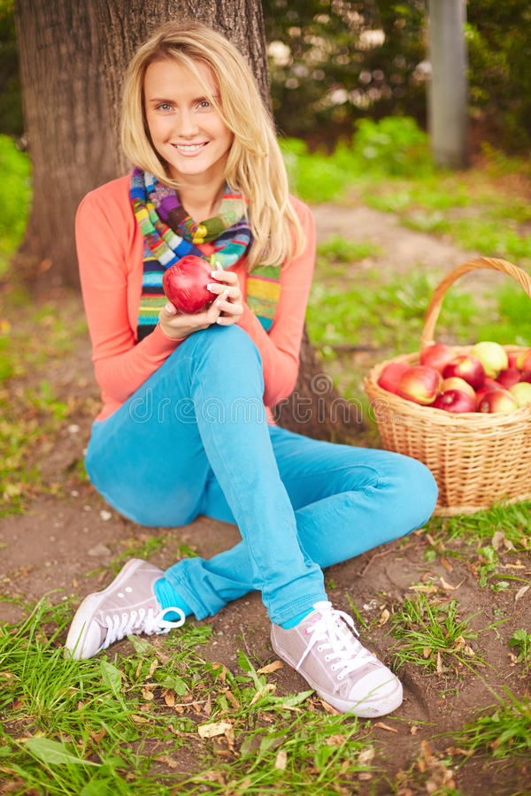 Kvinnlig med äpplet arkivbild