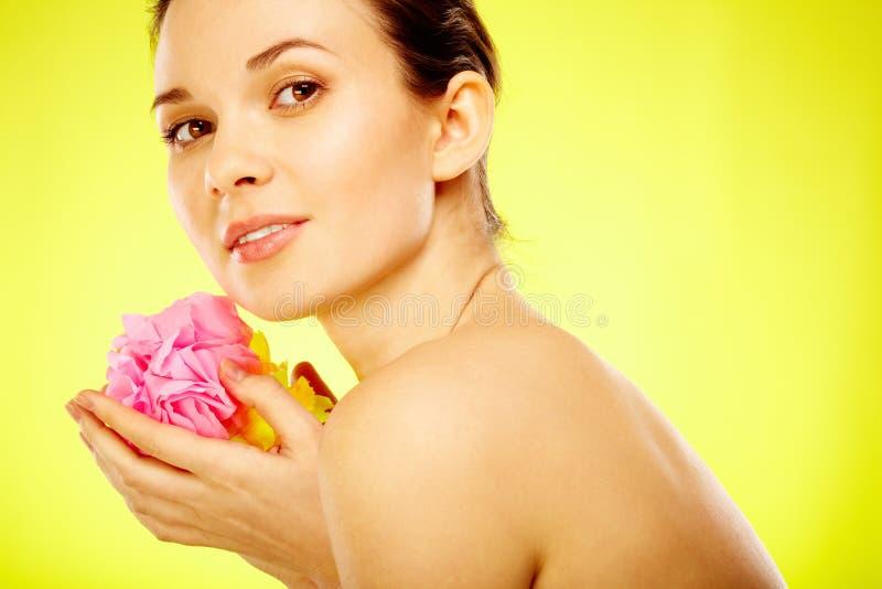 Kvinnlig med blomman fotografering för bildbyråer