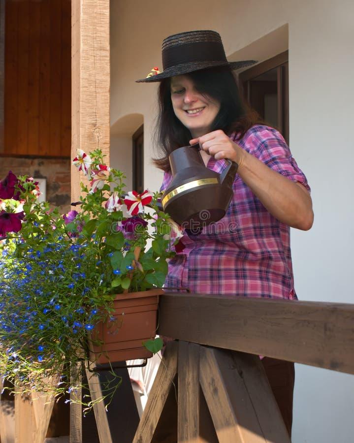 Kvinnlig med blommor royaltyfri foto