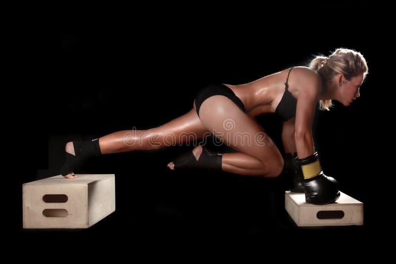Kvinnlig med boxningkugghjulet royaltyfri foto