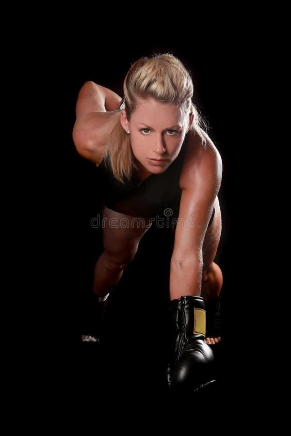 Kvinnlig med boxningkugghjulet royaltyfri bild