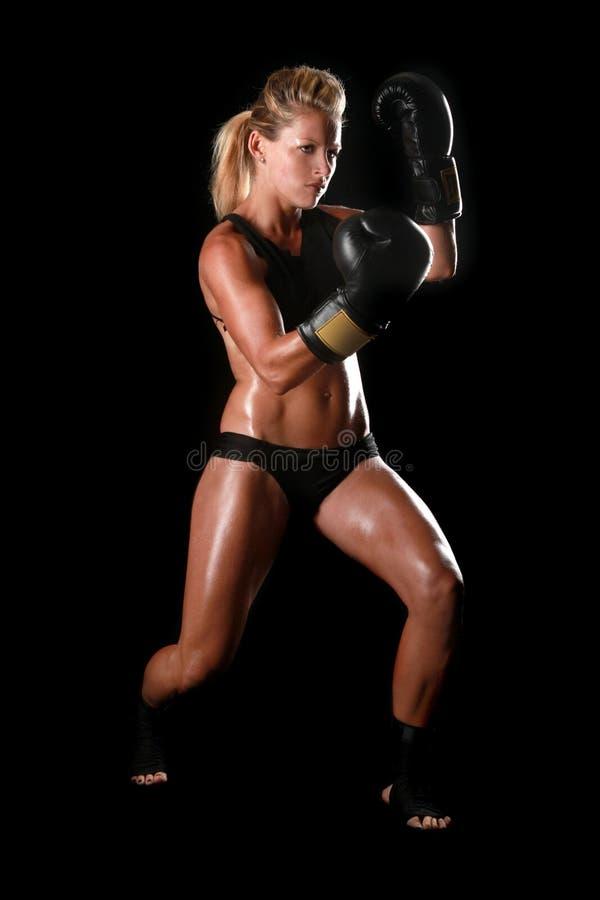 Kvinnlig med boxningkugghjulet arkivbilder