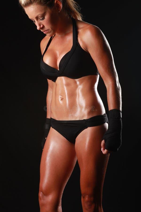 Kvinnlig med boxningkugghjulet royaltyfri fotografi