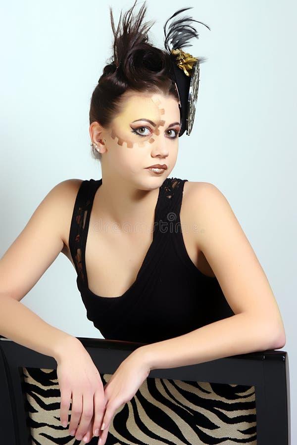Kvinnlig med galen makeup och hår som lite bär den svarta klänningen fotografering för bildbyråer