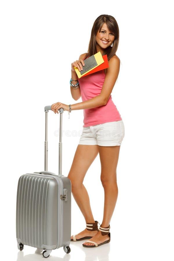 Kvinnlig med resväska, jobbanvisningar och passet arkivfoto