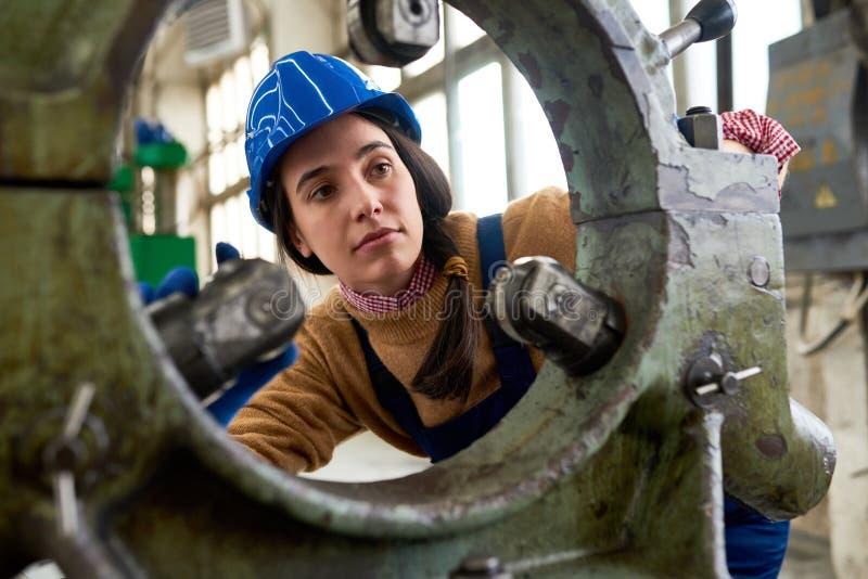 Kvinnlig mekaniker på fabriken royaltyfri fotografi