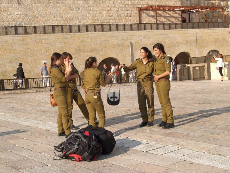 Kvinnlig militär personal av Israels försvarsmakten på fyrkanten i f arkivfoton