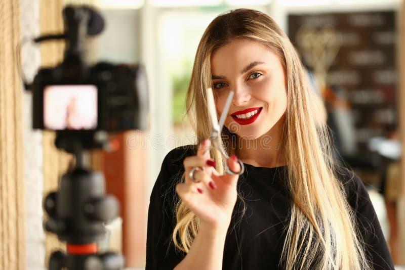Kvinnlig millennial vloggerhåll i hand arkivbild