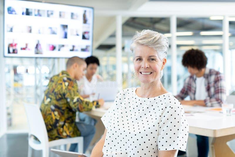 Kvinnlig modeformgivare som sitter i konferensrummet på kontoret royaltyfri fotografi