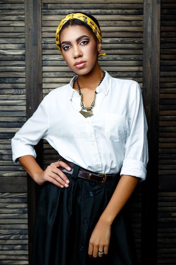 Kvinnlig modell för afrikansk amerikan med blomman fotografering för bildbyråer