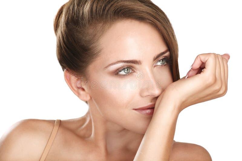Kvinnlig modell för härlig brunett som luktar hennes doft royaltyfria foton