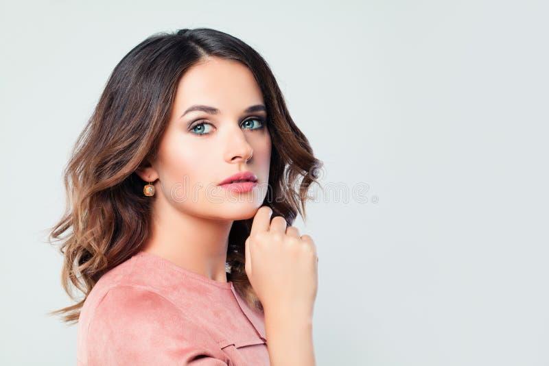 Kvinnlig modell för härlig kvinna på vit bakgrund royaltyfri foto