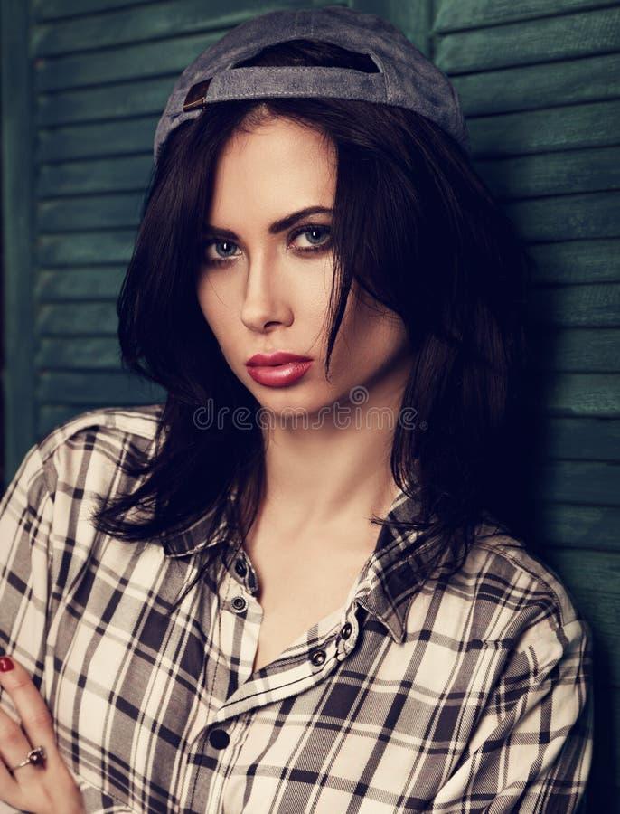 Kvinnlig modell för härlig ljus makeup som poserar i moderiktig svart och arkivfoto