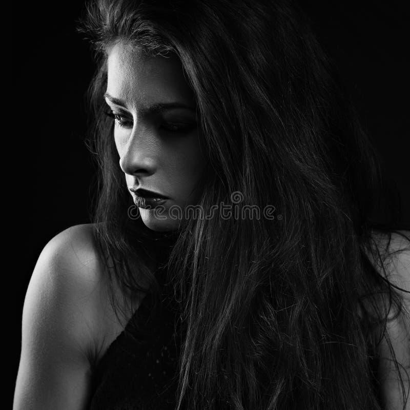 Kvinnlig modell för härlig makeup med lång hårstil och röd lipst royaltyfri foto
