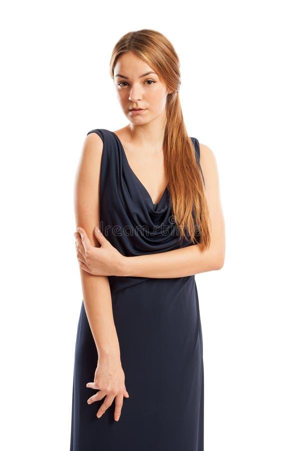 Kvinnlig modell för långt hår som bär en elegant klänning royaltyfri fotografi