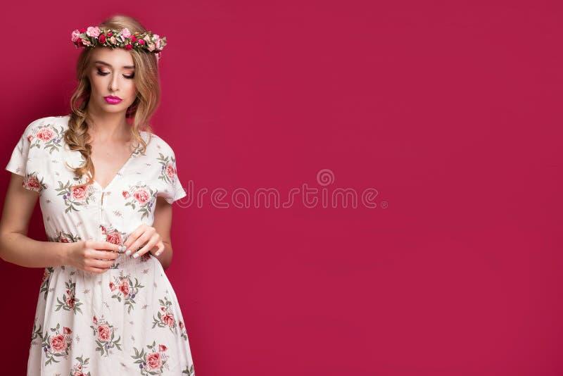 Kvinnlig modell för skönhet med blommahuvudbindeln fotografering för bildbyråer