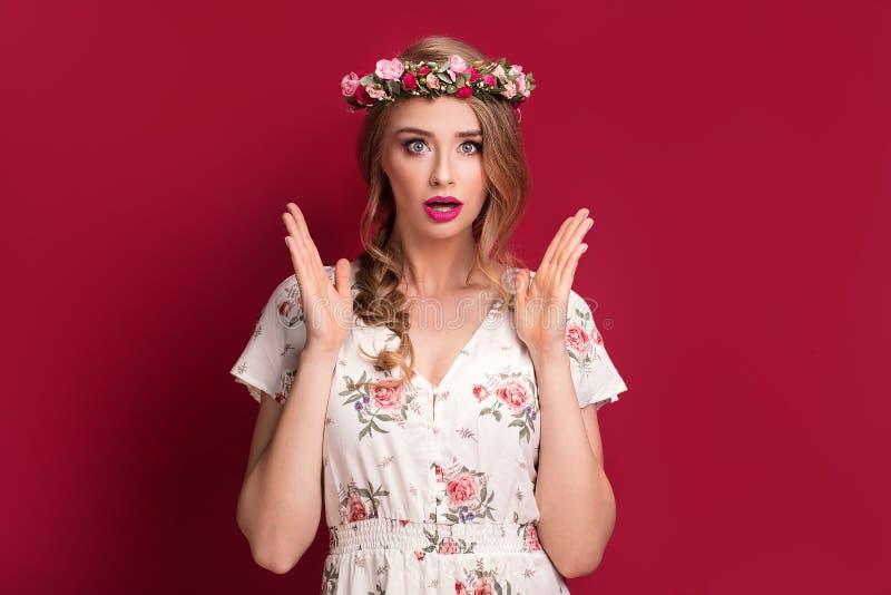Kvinnlig modell för skönhet med blommahuvudbindeln arkivbilder