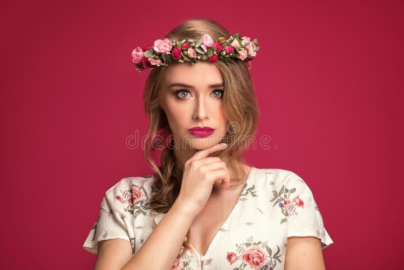 Kvinnlig modell för skönhet med blommahuvudbindeln arkivfoto